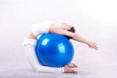 3招瑜伽球 简单姿势塑造身材